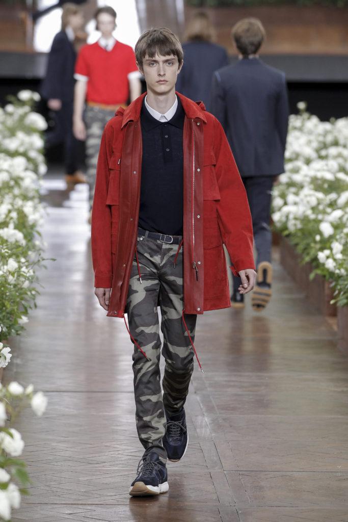 Eine rote Herbstjacke wird bei Dior Homme mit einer Army-Hose kombiniert (ddp images)