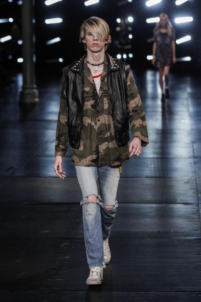 Punker-Look mit Camouflage-Hemd und Lederweste bei Yves Saint Laurent (ddp images)