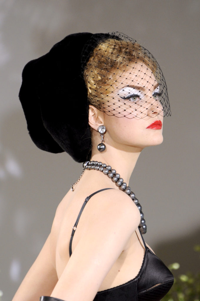 Mittelgroße Statement-Ohrringe in einer Christian Dior-Show in Paris
