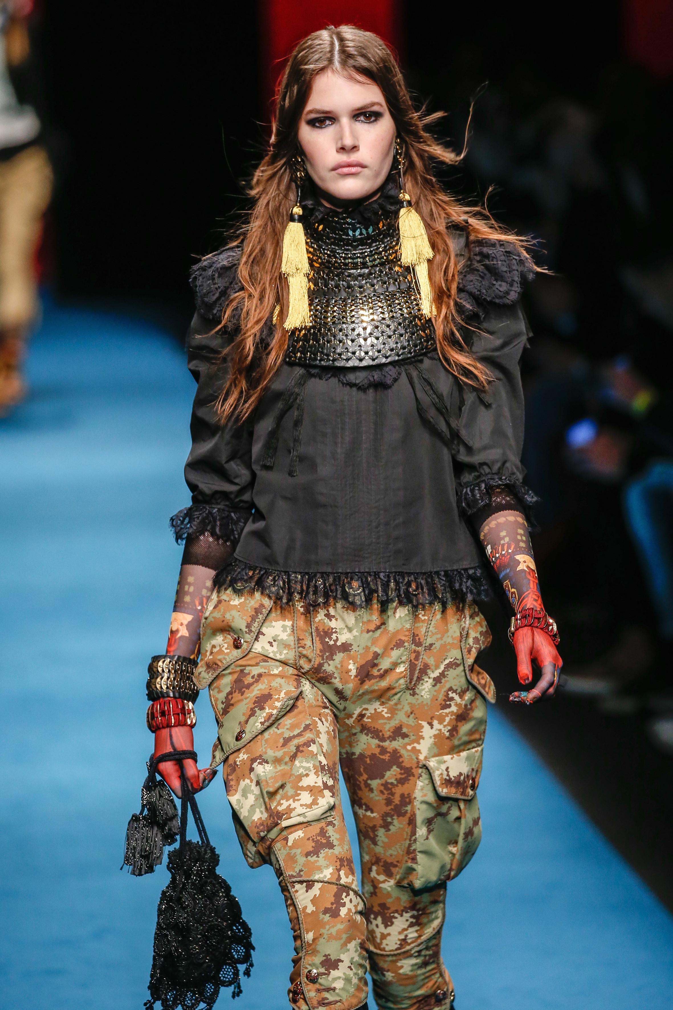 Ein Model trägt Statement-Ohrringe in der Show von DSquared2 während der Milan Fashion Week