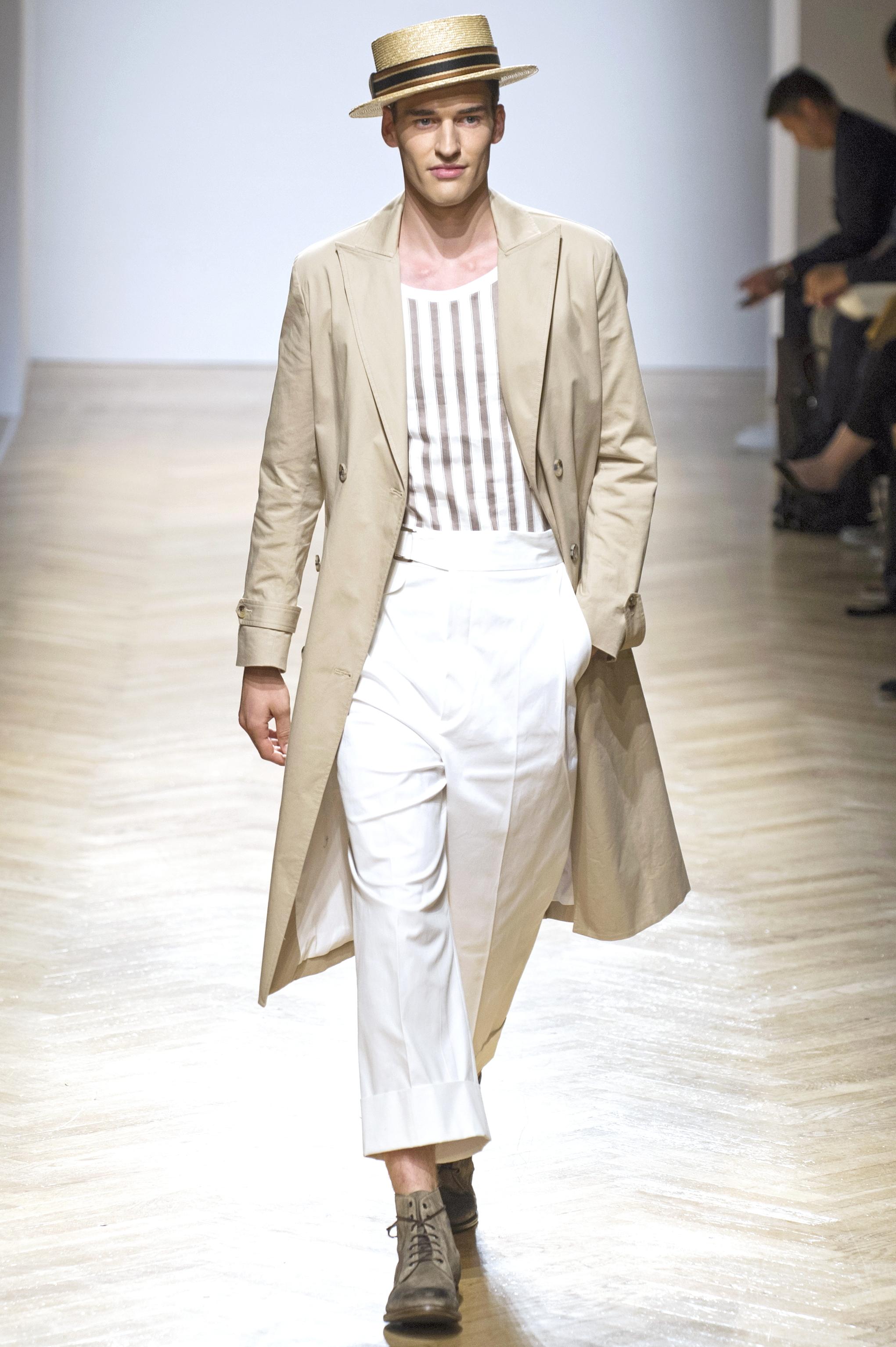 Milan Men's Fashion Week Spring/ Summer 2018: Weiße High Rise-Hose in der Show von Daks