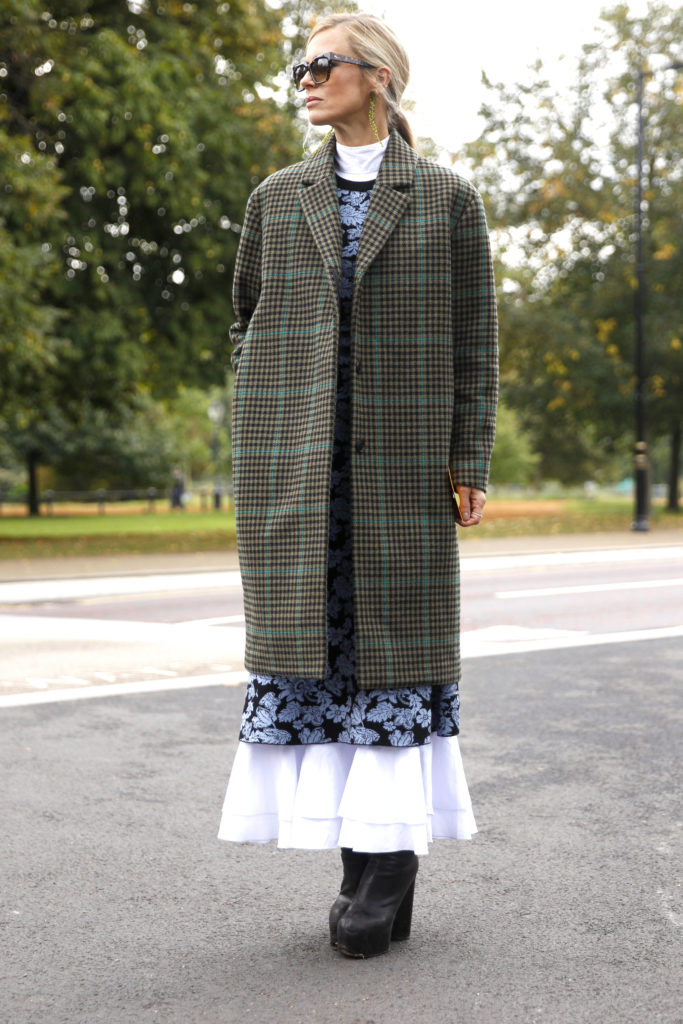 Grüner Karo-Mantel im Street Style in London