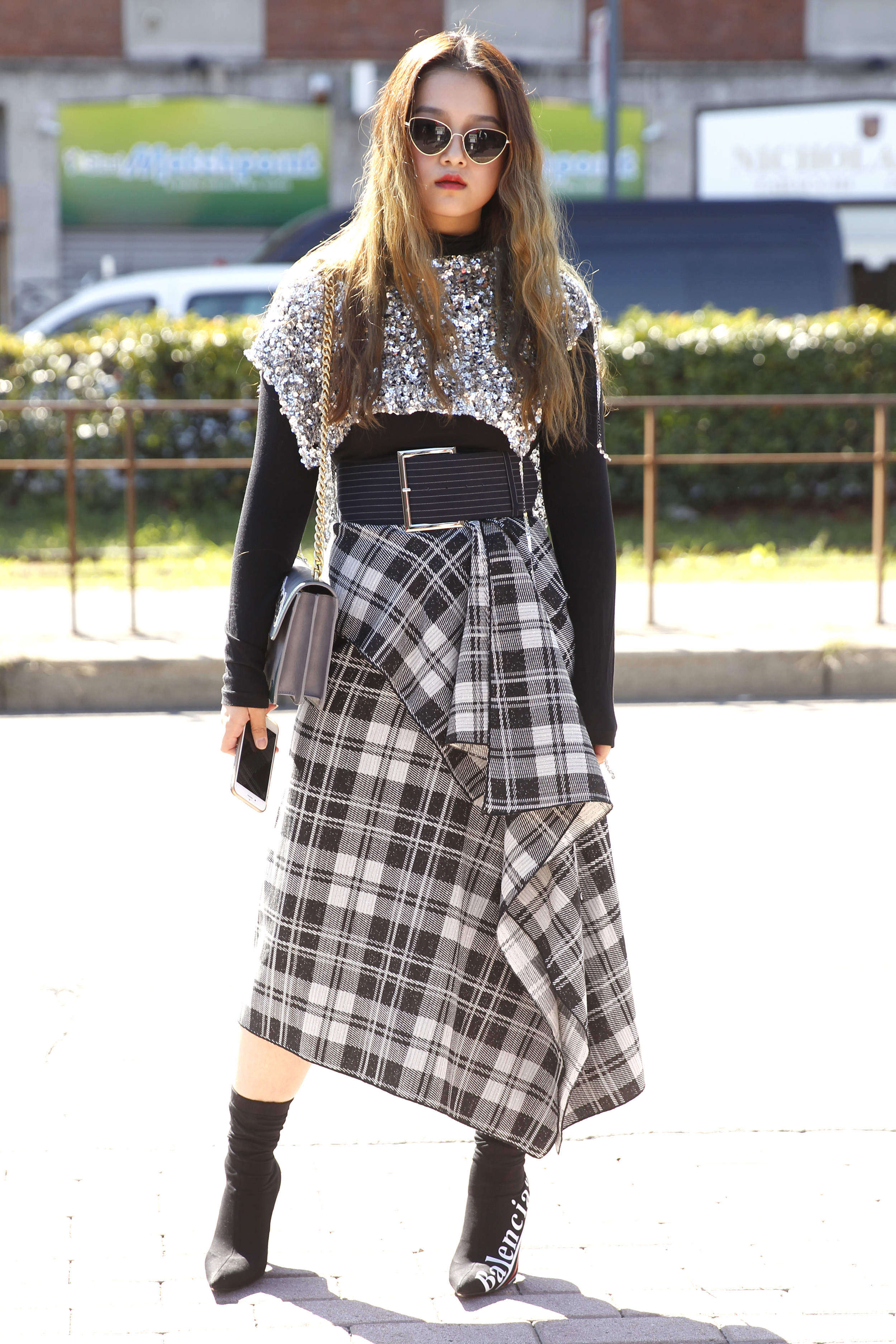 Street Style aus Mailand mit Wickelrock und Karomuster