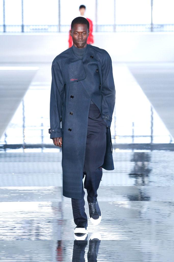New York Fashion Week Spring: Dunkelblauer Wollmantel in der Show von Hugo Boss