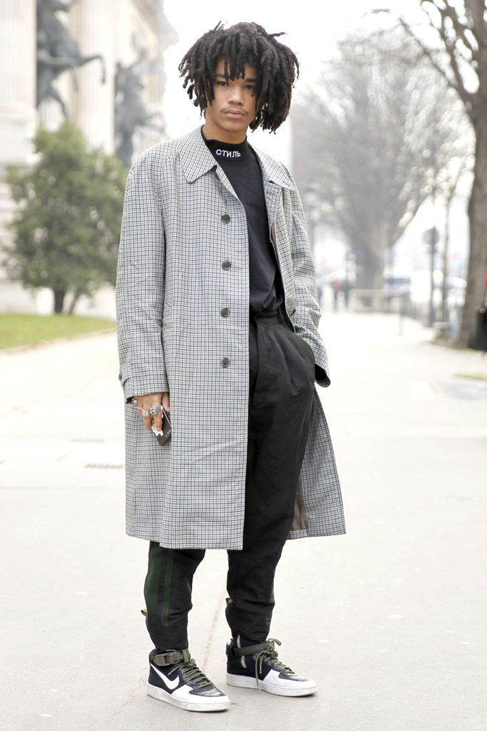 Herbstmantel in Grau als Street Style in Paris