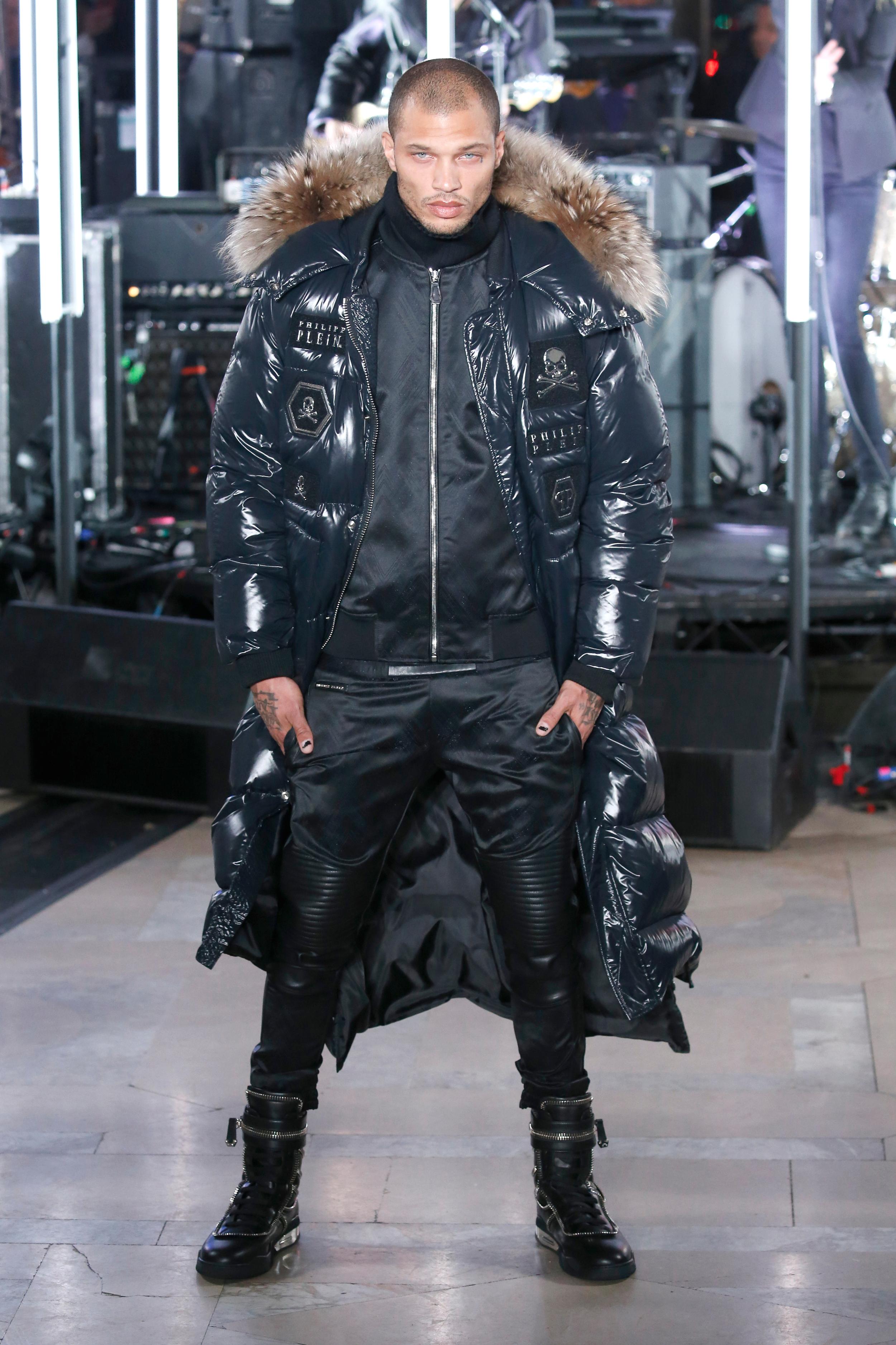 New York Fashion Week Winter: US-Model Jeremy Meeks präsentiert eine herbstliche Daunenjacke in der Show von Philipp Plein