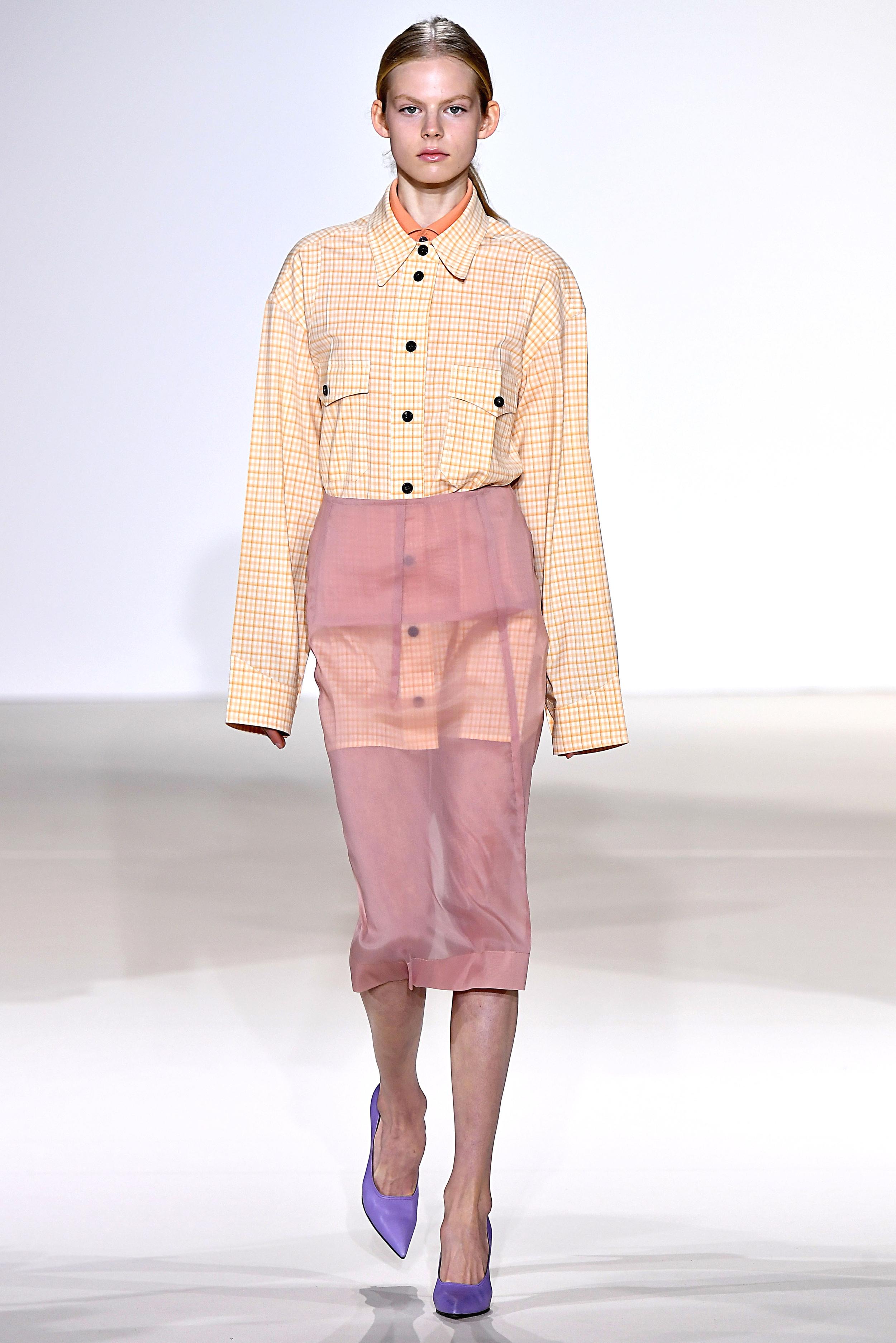 New York Fashion Week Spring/Summer: Ein Model mit durchsichtigem Rock in der Show von Victoria Beckham