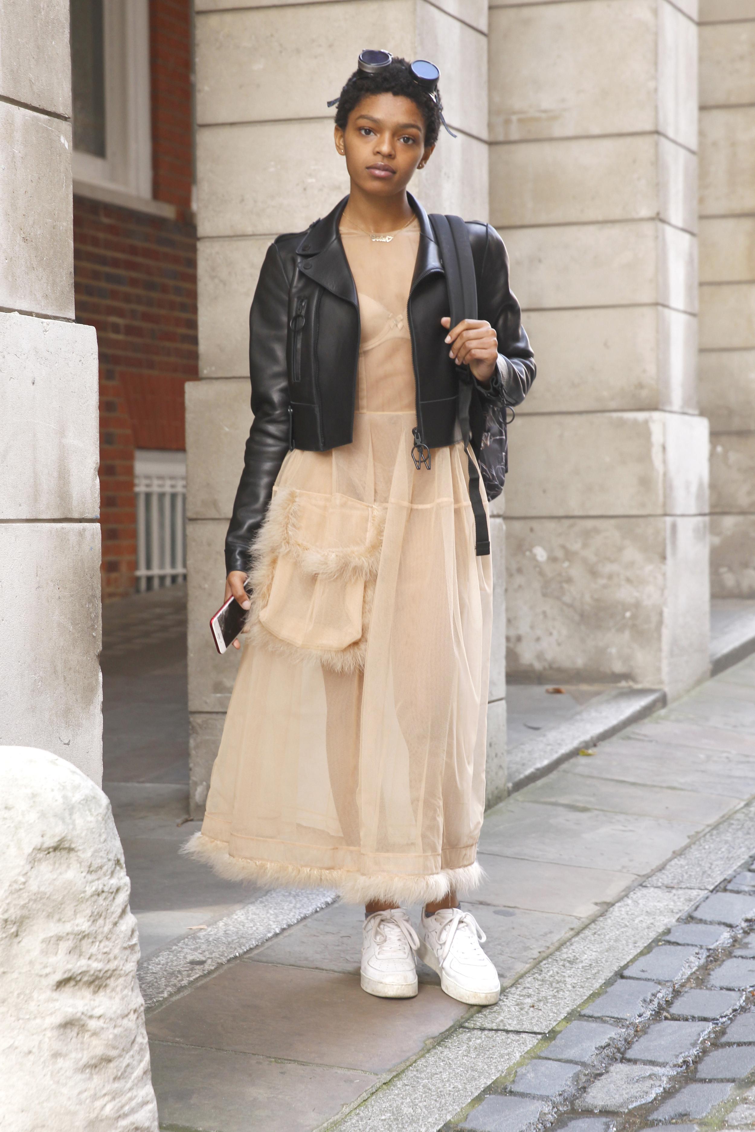Selah Marley kombiniert ein feines Kleid mit alltagstauglichen Accessoires