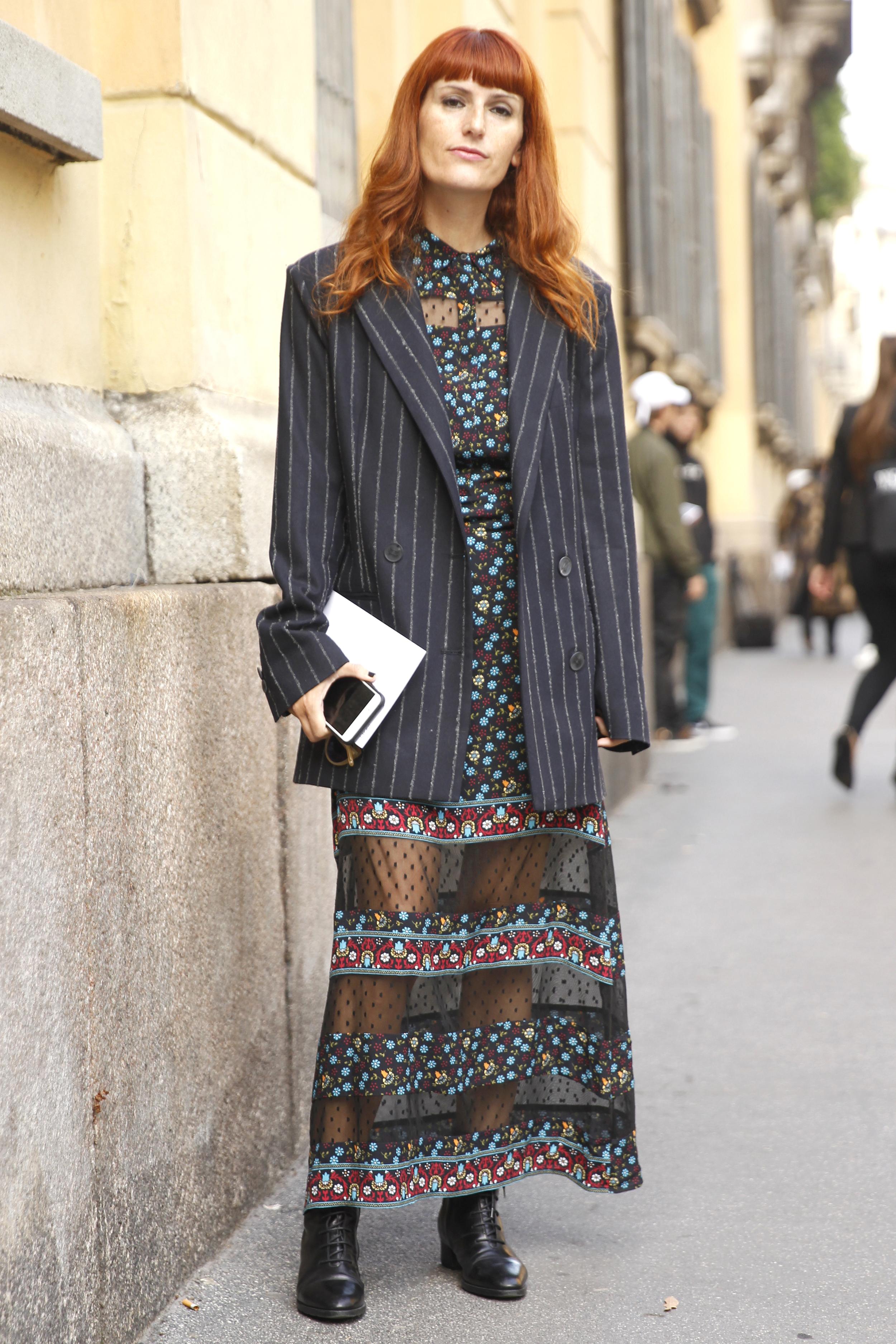 Sara Moschini trägt in Mailand ein Kleid mit transparentem Saum