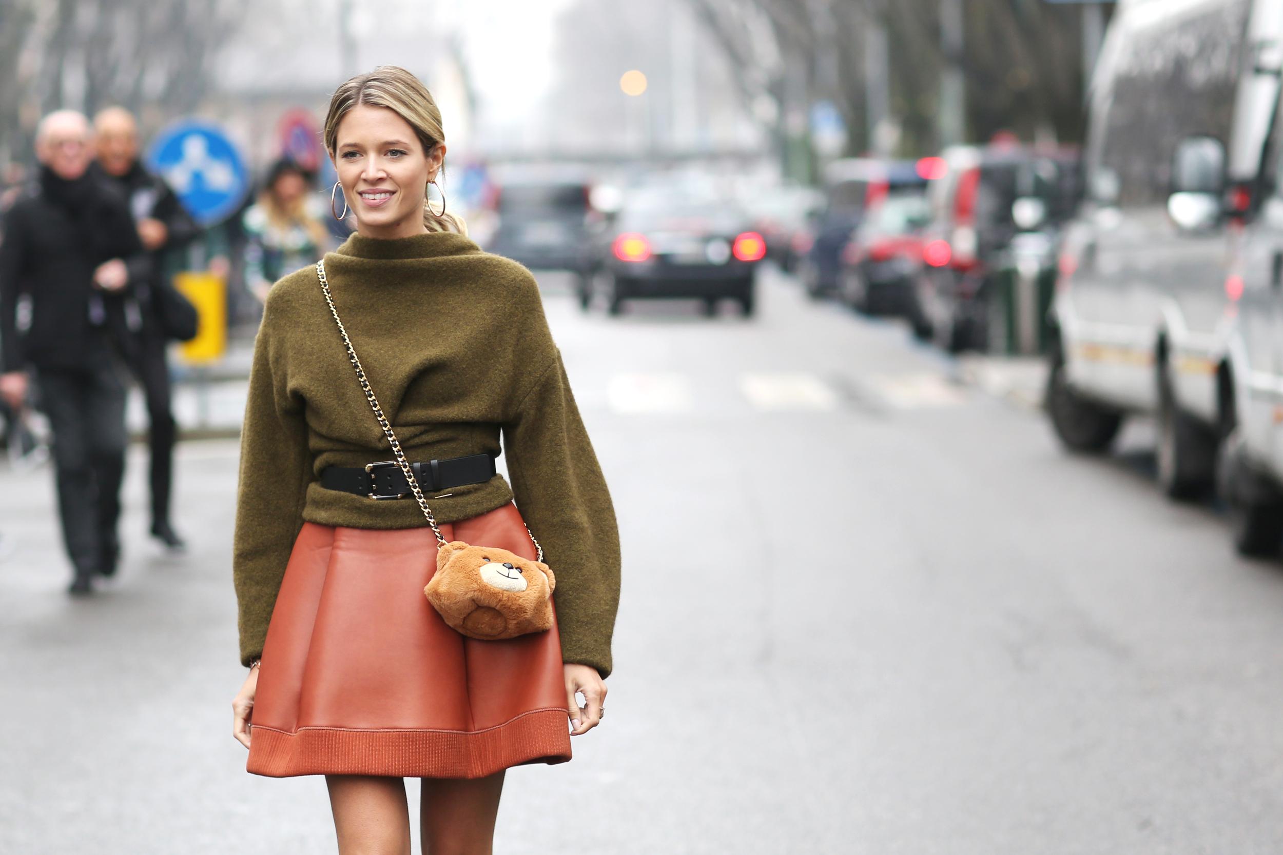 Fashion-Bloggerin Helena Bordon mit der Teddy Bear Faux Fur Crossbody Bag von Moschino