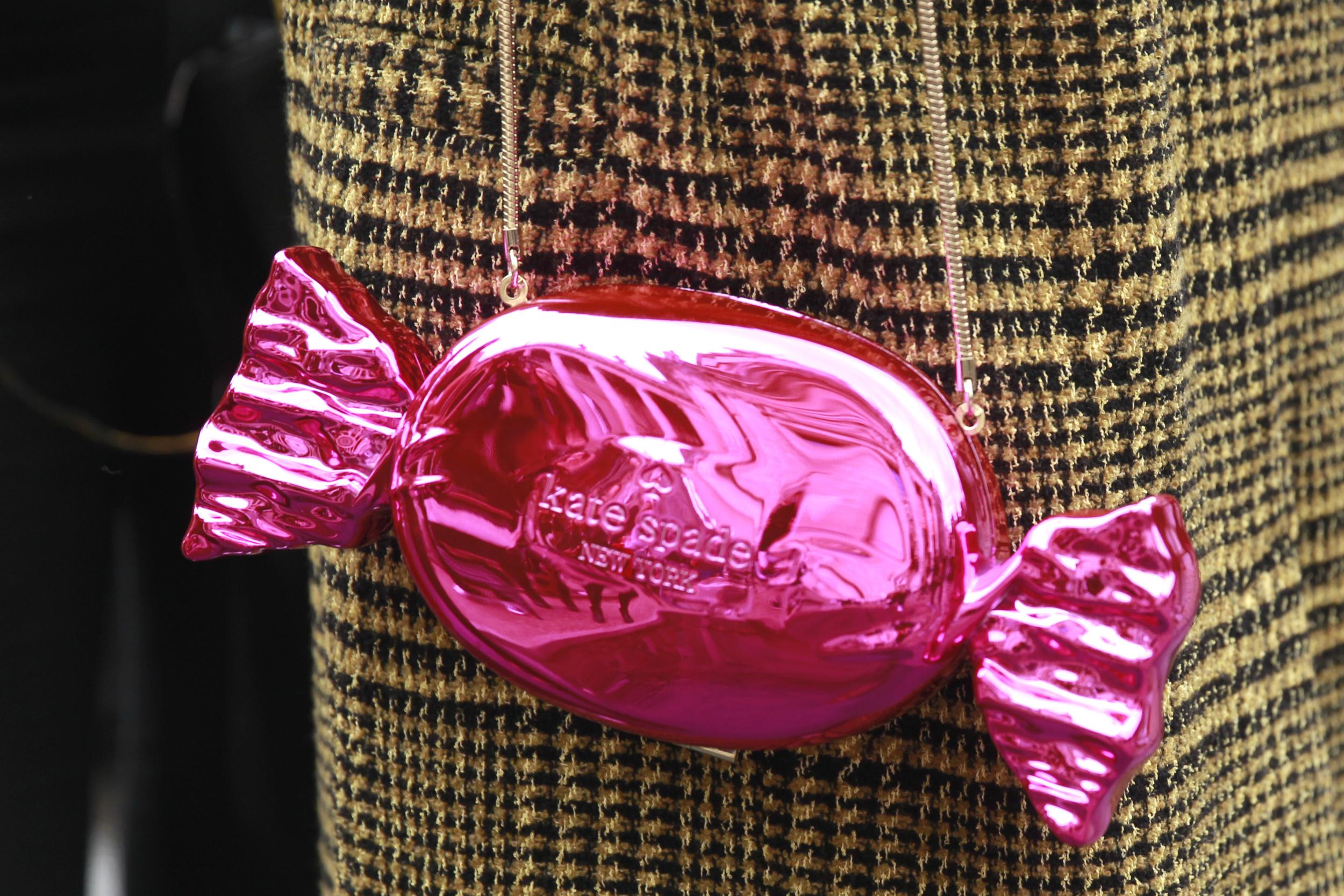 Kate Spade Do Wonders Candy Wrapper Clutch im Street Style in Paris