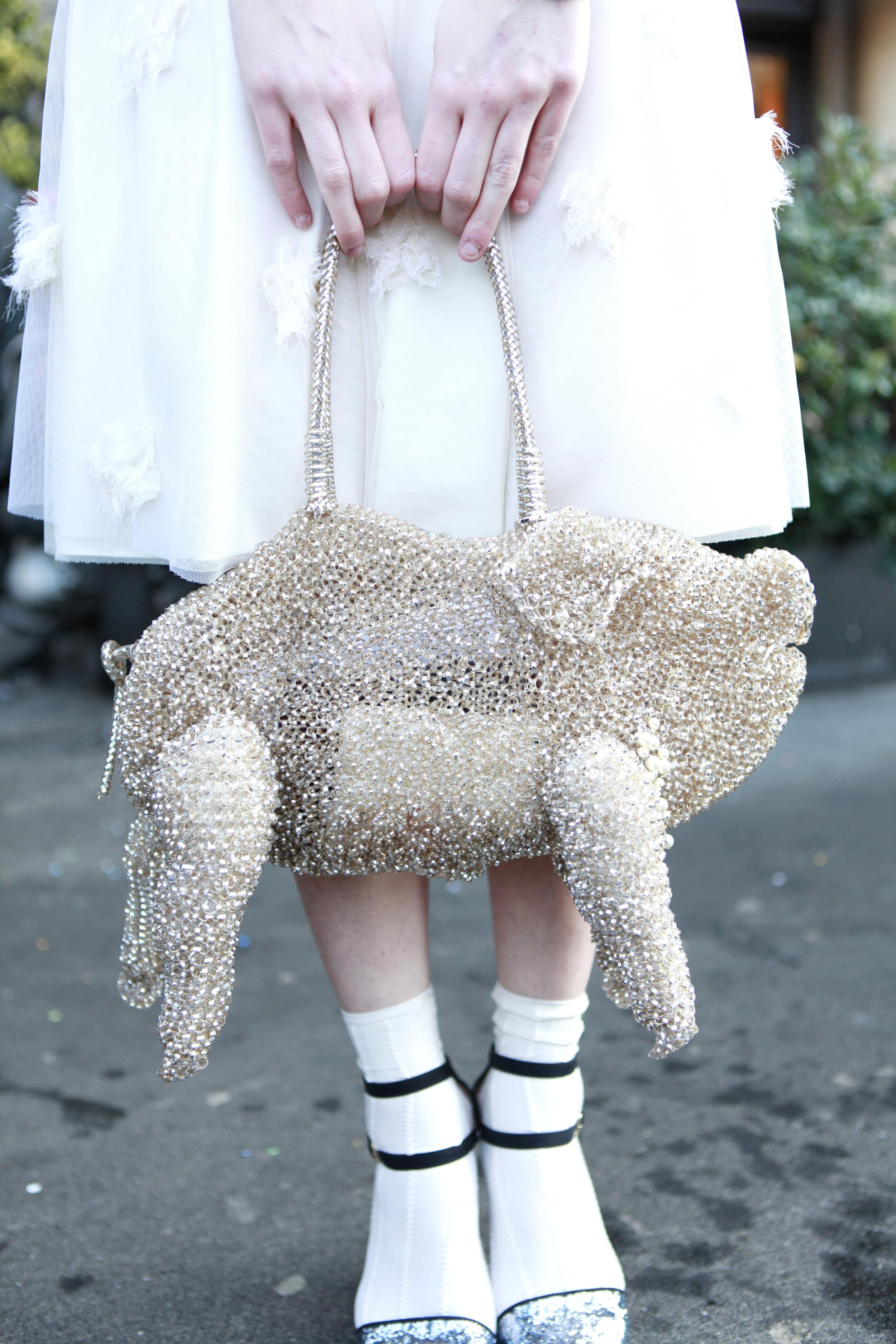 Schweinchen-Tasche im Street Style in Mailand
