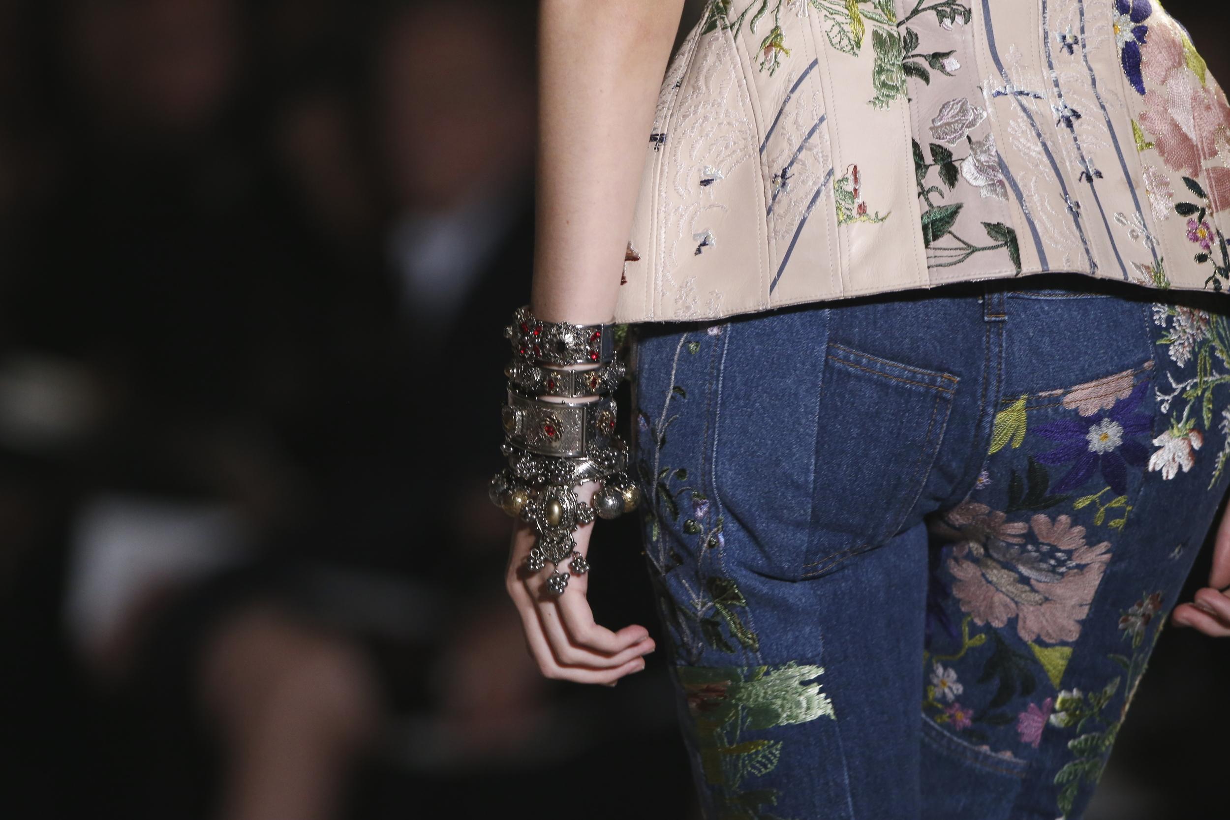 Alexander McQueen zeigt opulenten Armschmuck während seiner Show in Paris