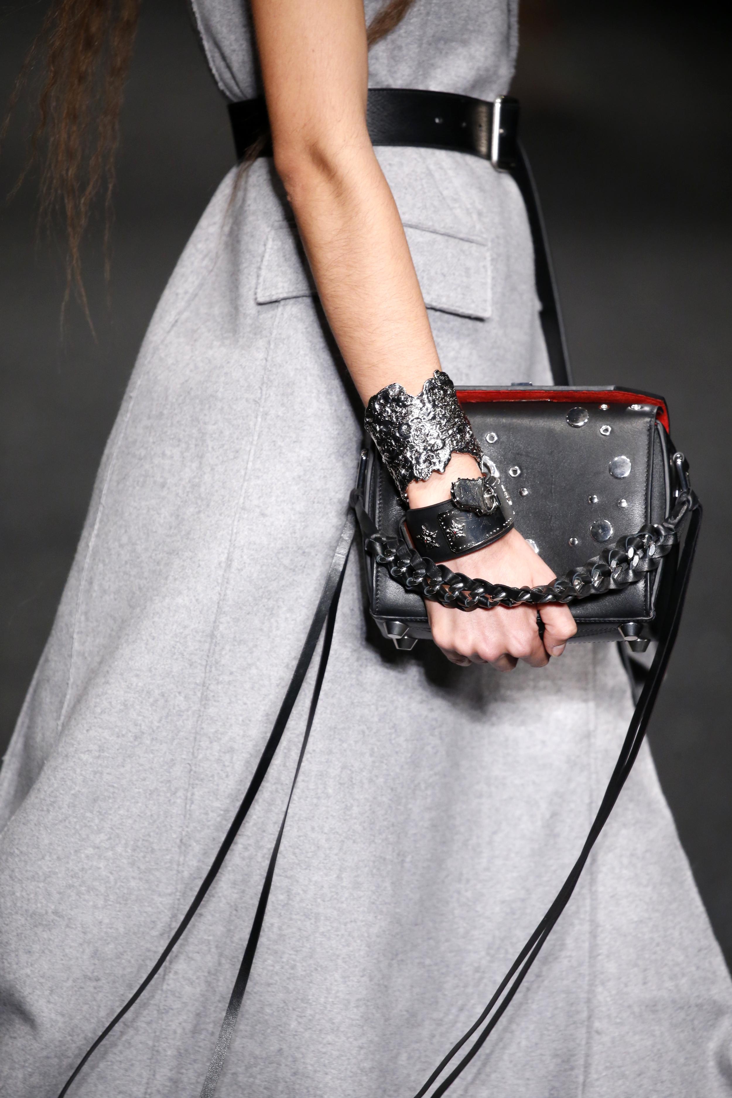 Metallischer, breiter Armschmuck in Kombination mit Leder bei Alexander McQueen