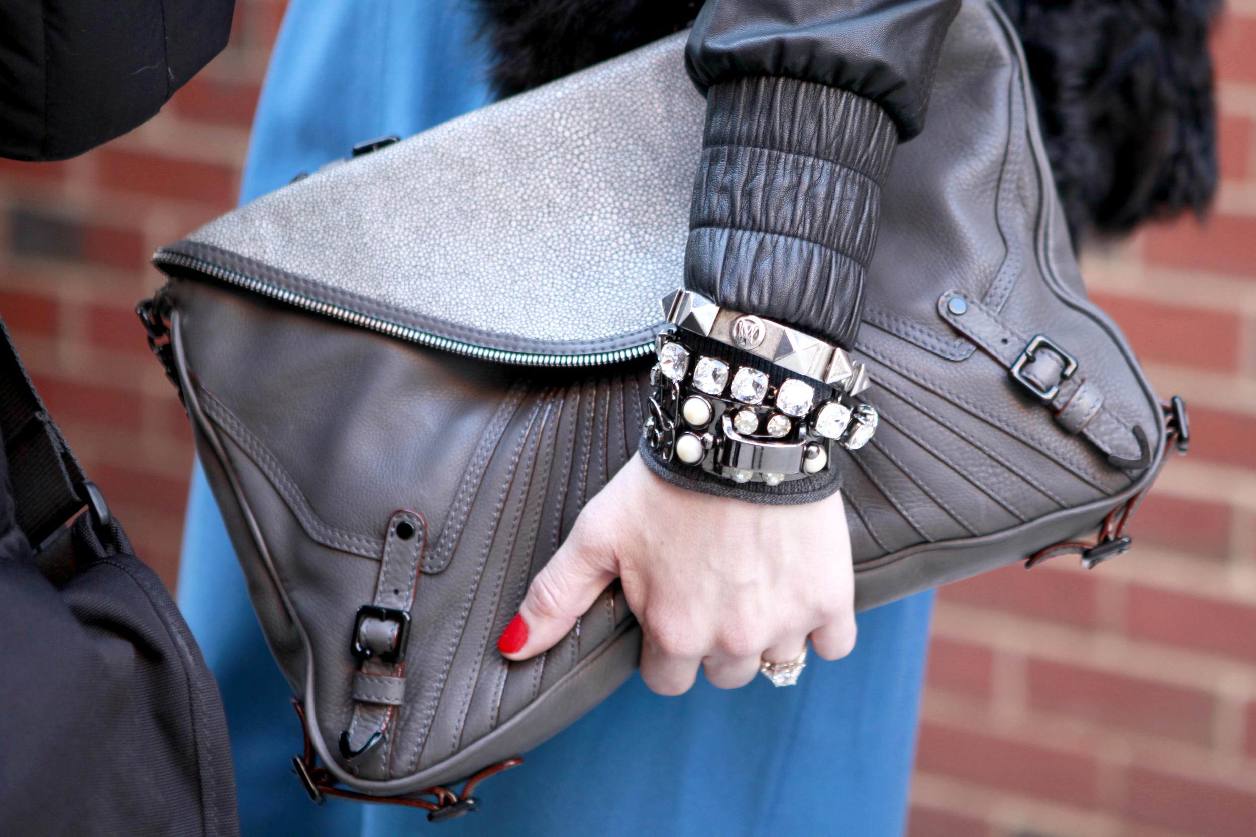 Armbänder in Grautönen mit Strass im Street Style in New York
