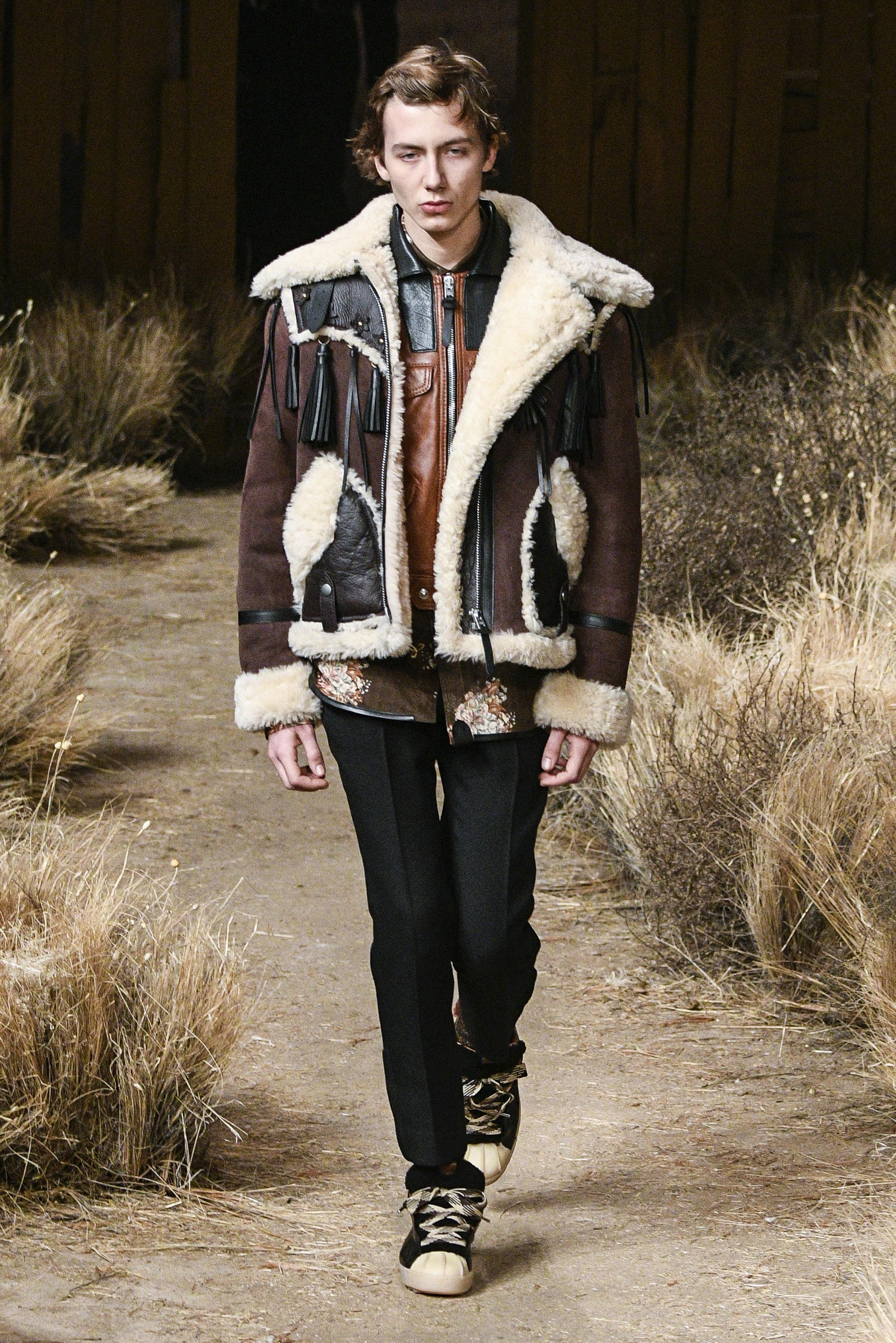 New York Fashion Week Fall 2017: Oversize-Wildlederjacke in dunkelbraun auf dem Catwalk von Coach