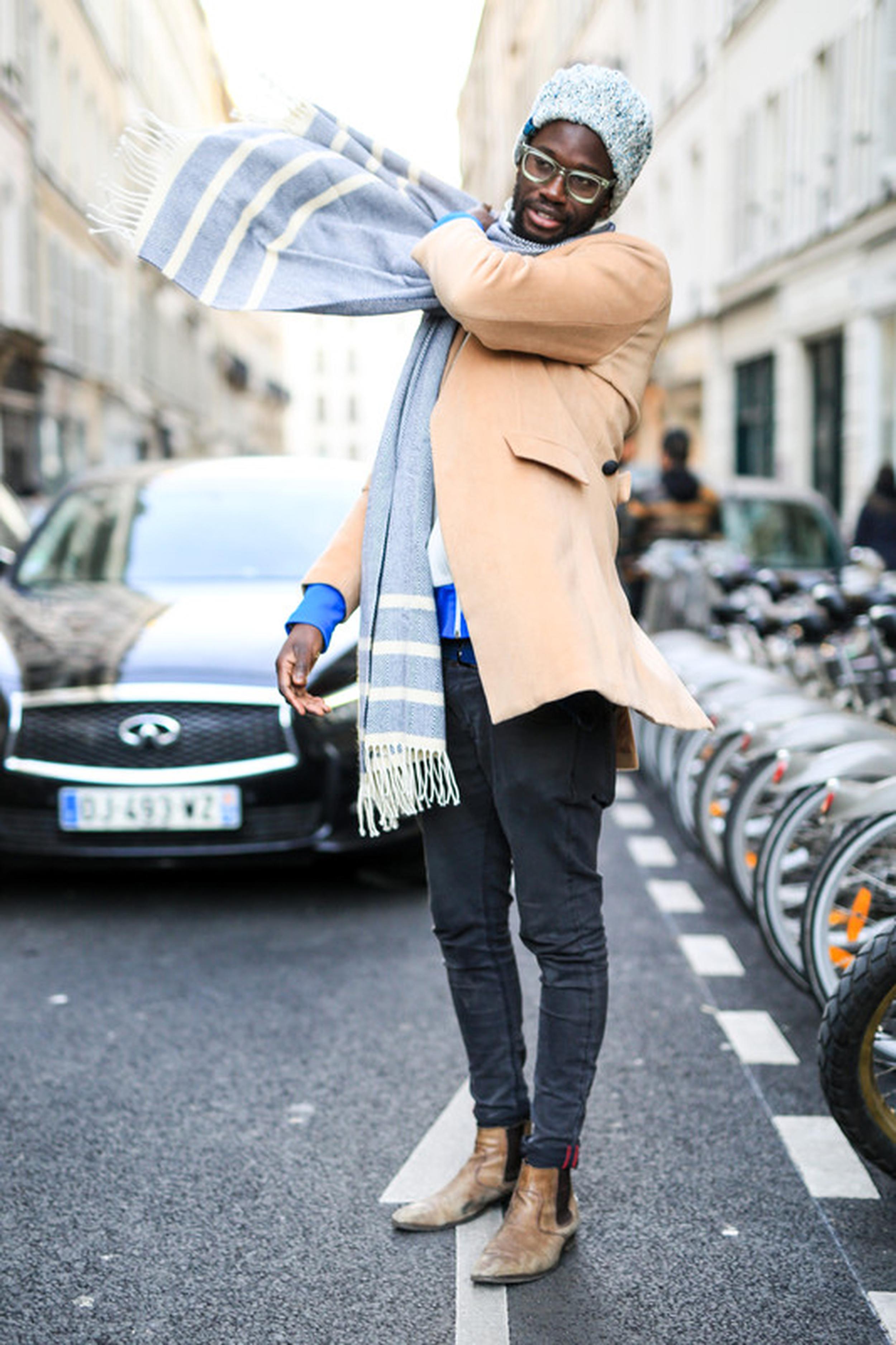 Paris Fashion Week Fall 2017: Ein hellblauer Schal zum Casual-Look