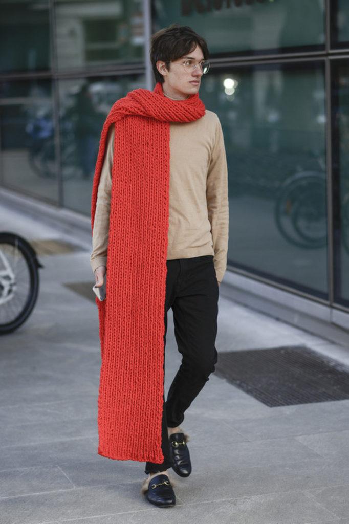 Street Style in Mailand: Ein roter Oversize Schal zum Casual-Look