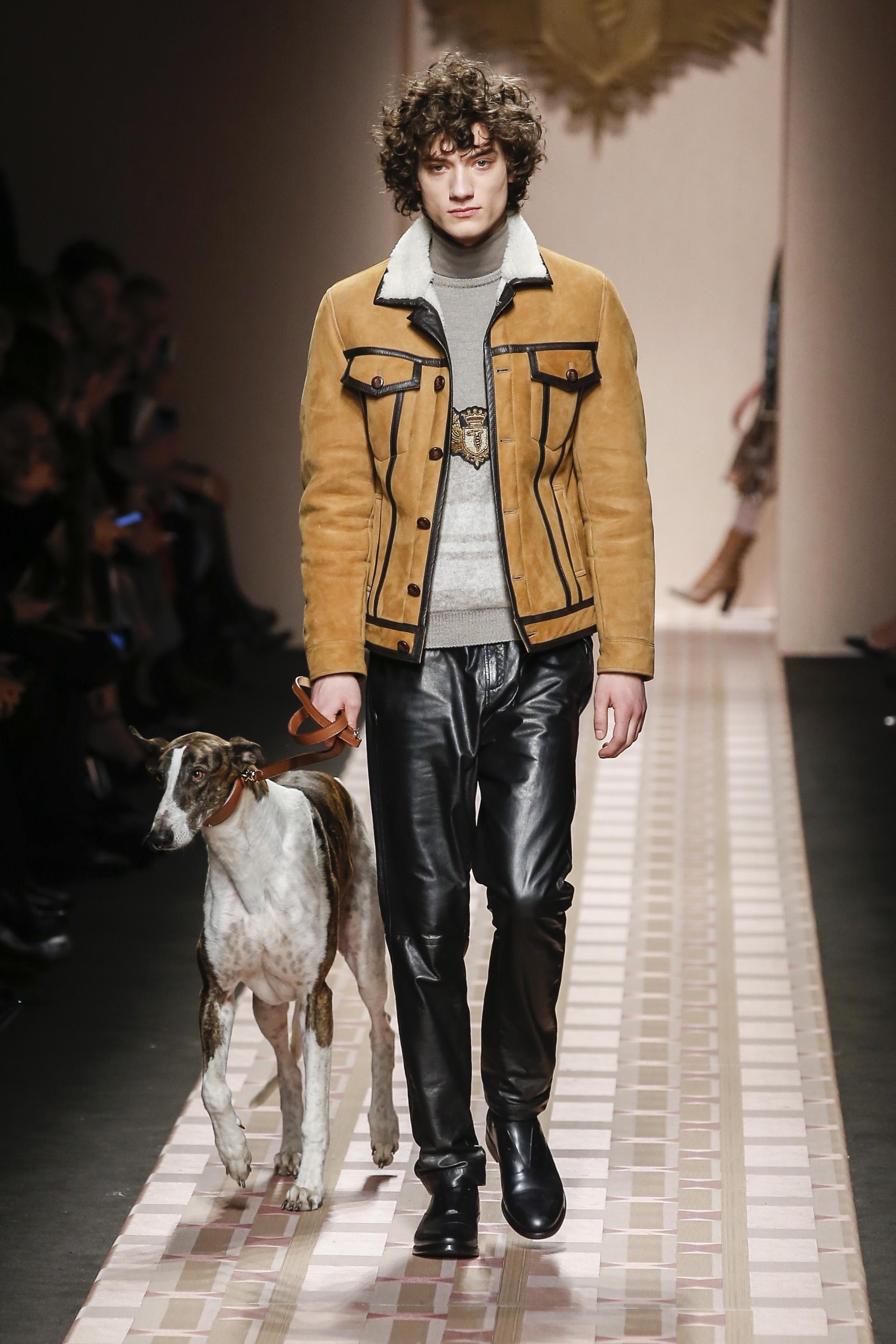 Milan Fashion Week Fall 2017: Lässige Truckerjacke in Wildleder und Lammfellkragen bei Trussardi