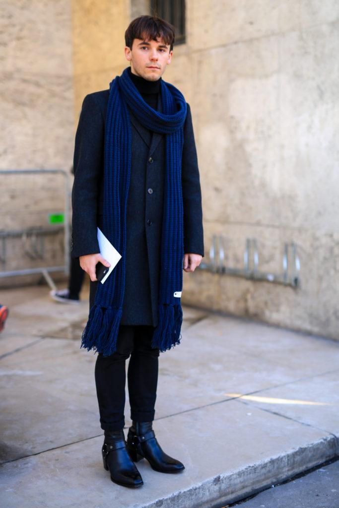 Street Style Paris: Ein blauer Schal als Hingucker zum schwarzen Outfit