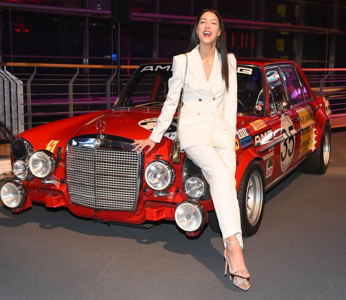 Rebecca Mir, Mercedes-Benz 300 SEL AMG (Rote Sau)
