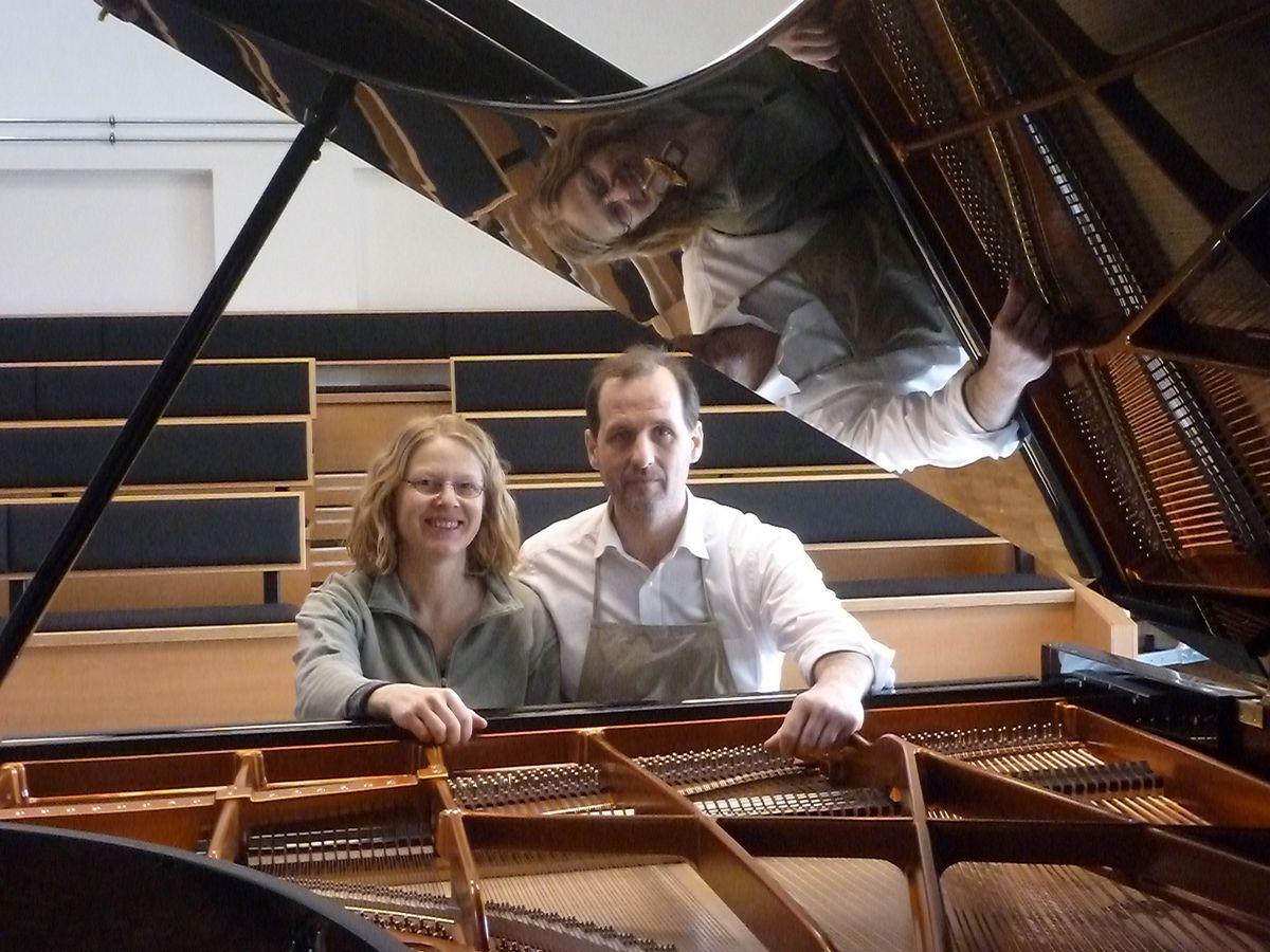 Klavierflüsterer: Die Passauer Carlos Mora und seine Frau Christine Sorgatz gehören zu den begehrtesten Restauratoren für historische Edel-Flügel á la Bechstein oder Steinway