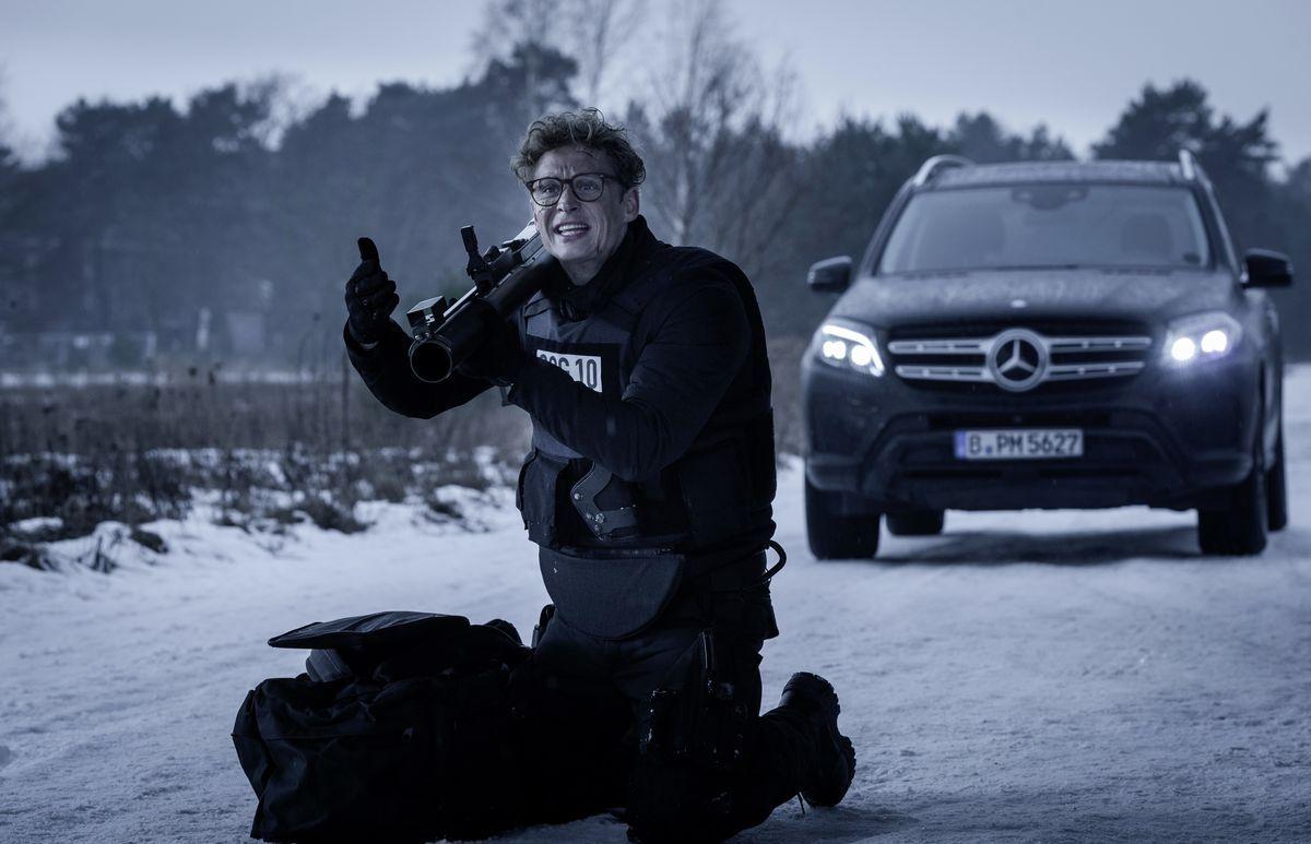 Theo (Matthias Schweighöfer) und Mercedes-Benz GLS