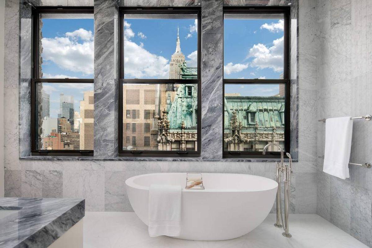 New York, USA: Badezimmer mit Blick aufs Empire State Building