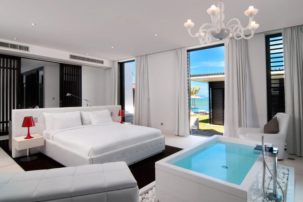 Phuket, Thailand: Exklusive Badewanne im Schlafzimmer