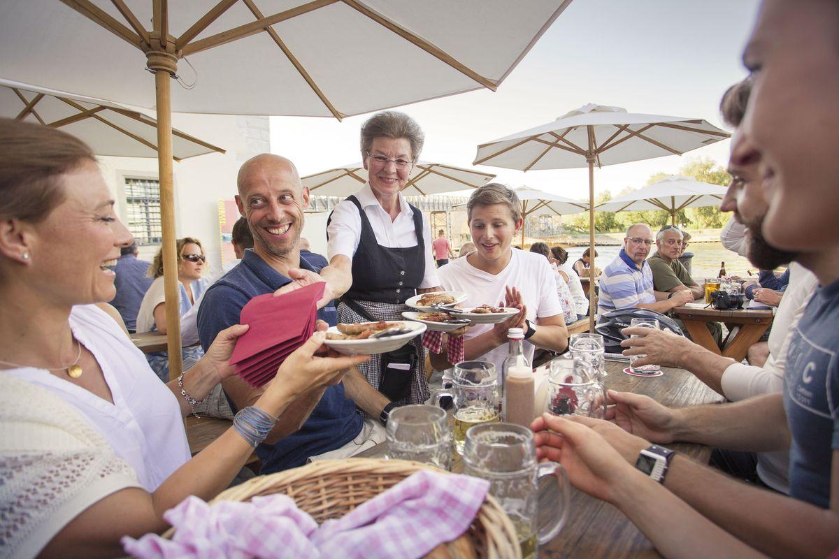 """Essen mit Blick auf die Donau in der """"Historischen Wurstkuchl"""""""