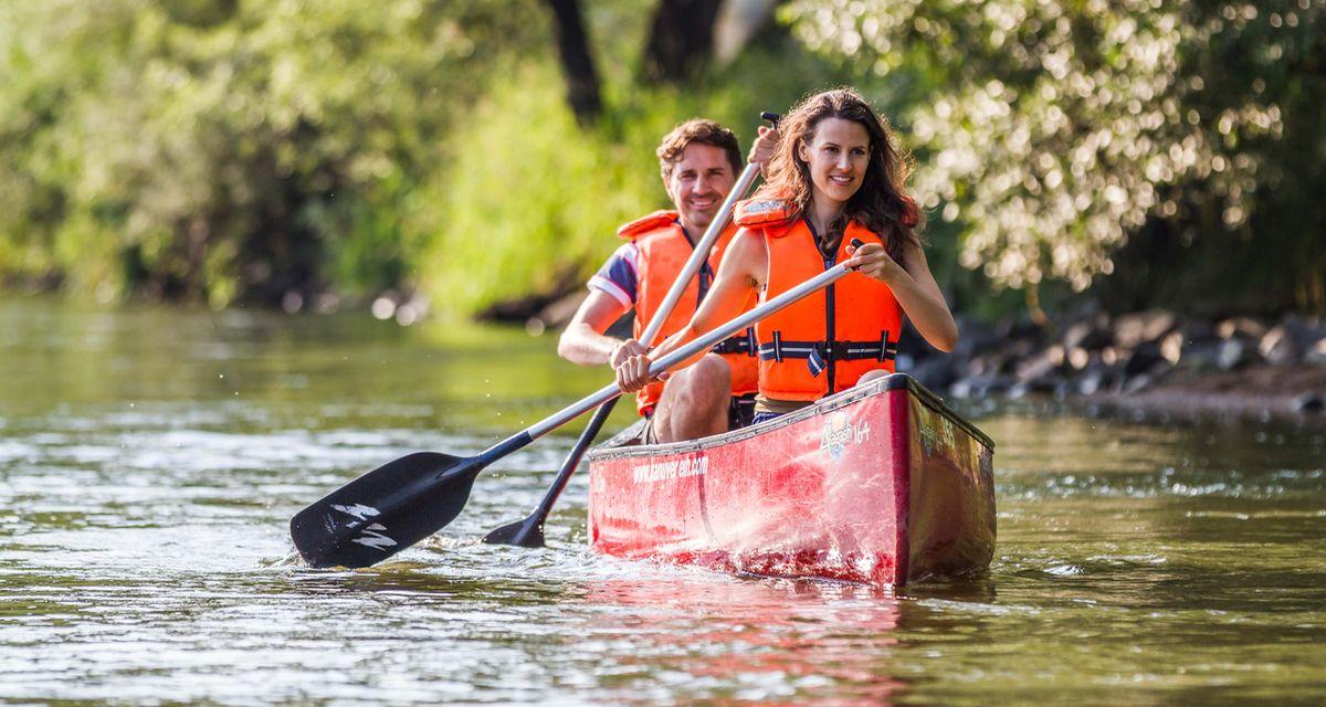 Eine der schönsten Arten sich in der Natur zu bewegen, ganz nah am Wasser: Bootswandern in Ostbayern, hier am Fluss Regen.