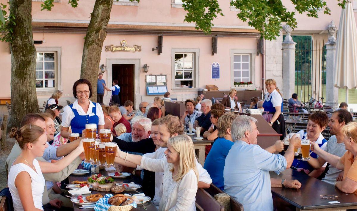 Blick in den Biergarten der Klosterbrauerei Weltenburg: Unter den Kastanienbäumen sollen dort künftig auch die neuen leichten Biere serviert werden.