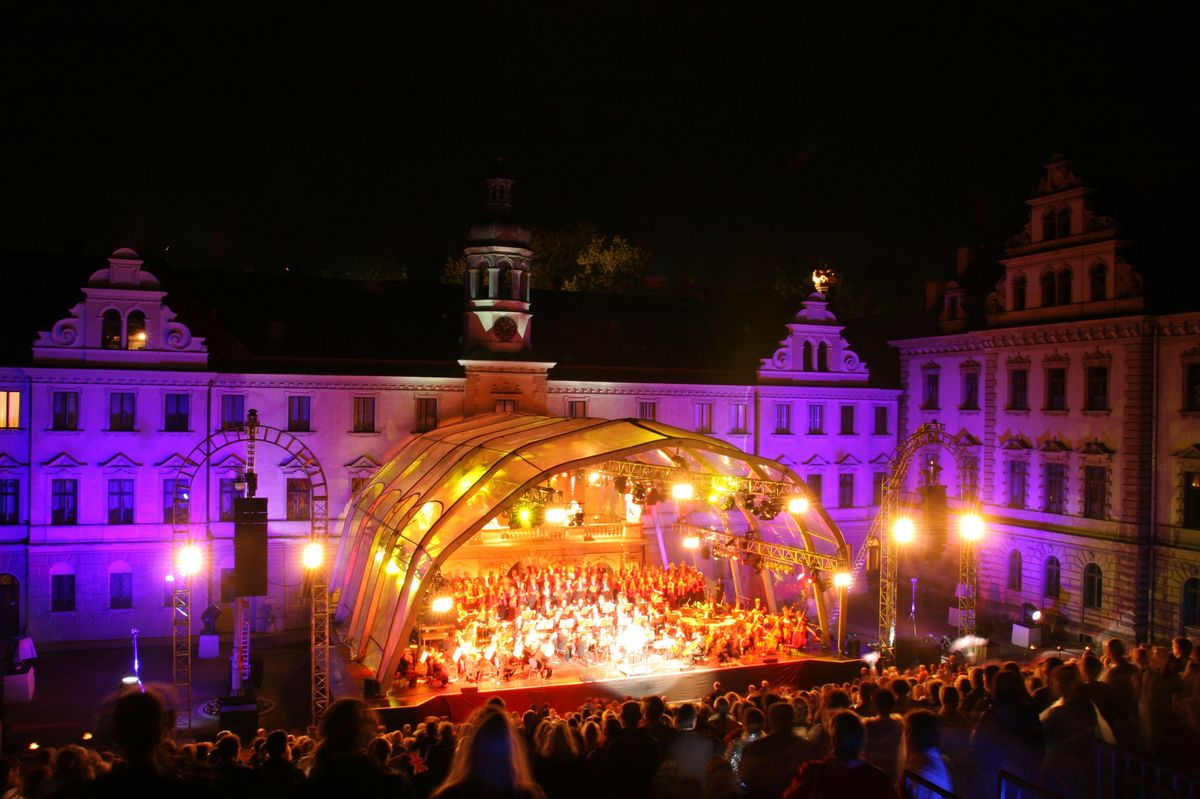 Das Schloss der Fürstenfamilie Thurn und Taxis ist atemberaubende Kulisse der 16. Thurn und Taxis Schlossfestspiele. Das Festival gilt als Deutschlands schönstes Openair-Festival. 30.000 Besucher werden auch in diesem Jahr wieder erwartet.