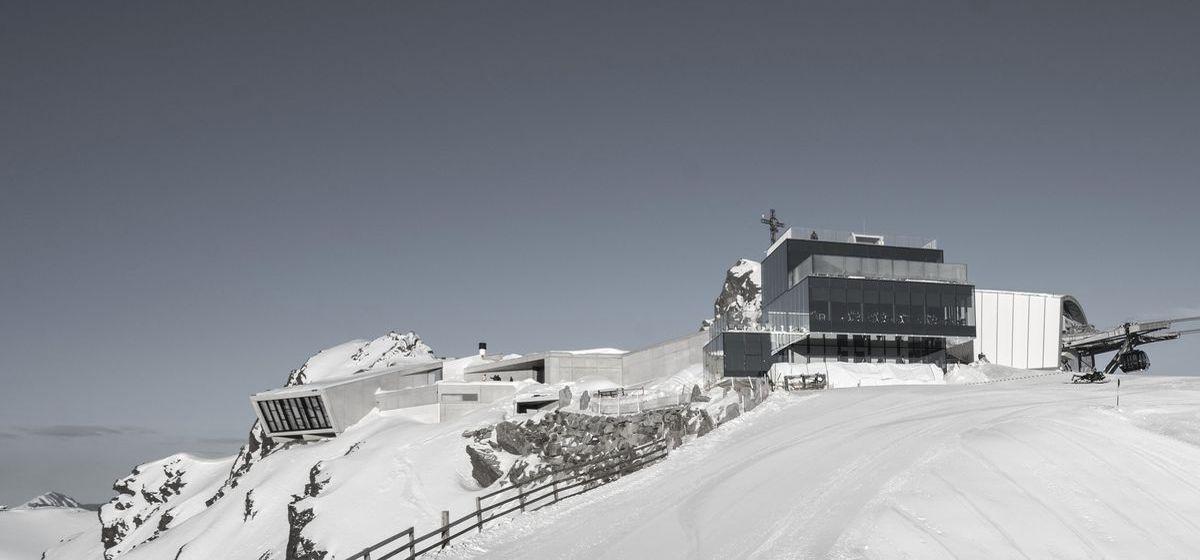 """Jaguar Land Rover ist Partner der Erlebniswelt """"007 Elements"""" auf dem Gaislachkogel-Gipfel im österreichischen Sölden."""