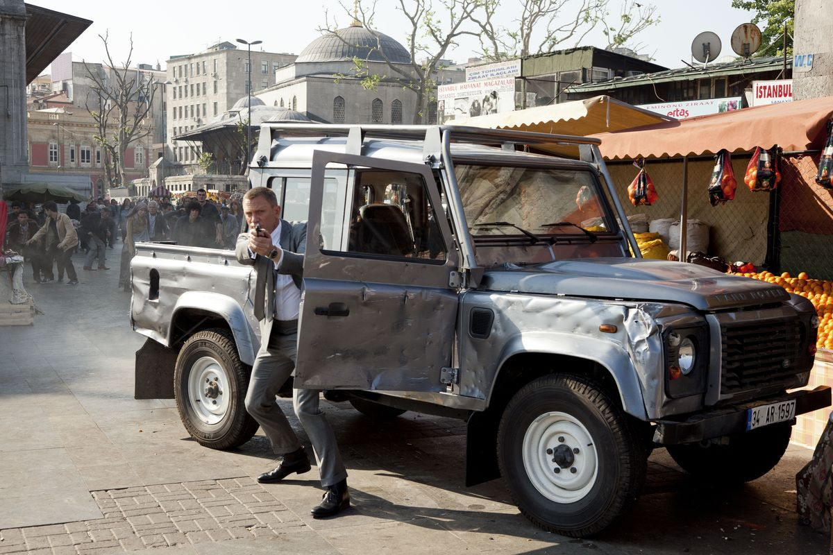 "Daniel Craig als James Bond mit Land Rover Defender in ""Skyfall"" (2012)"
