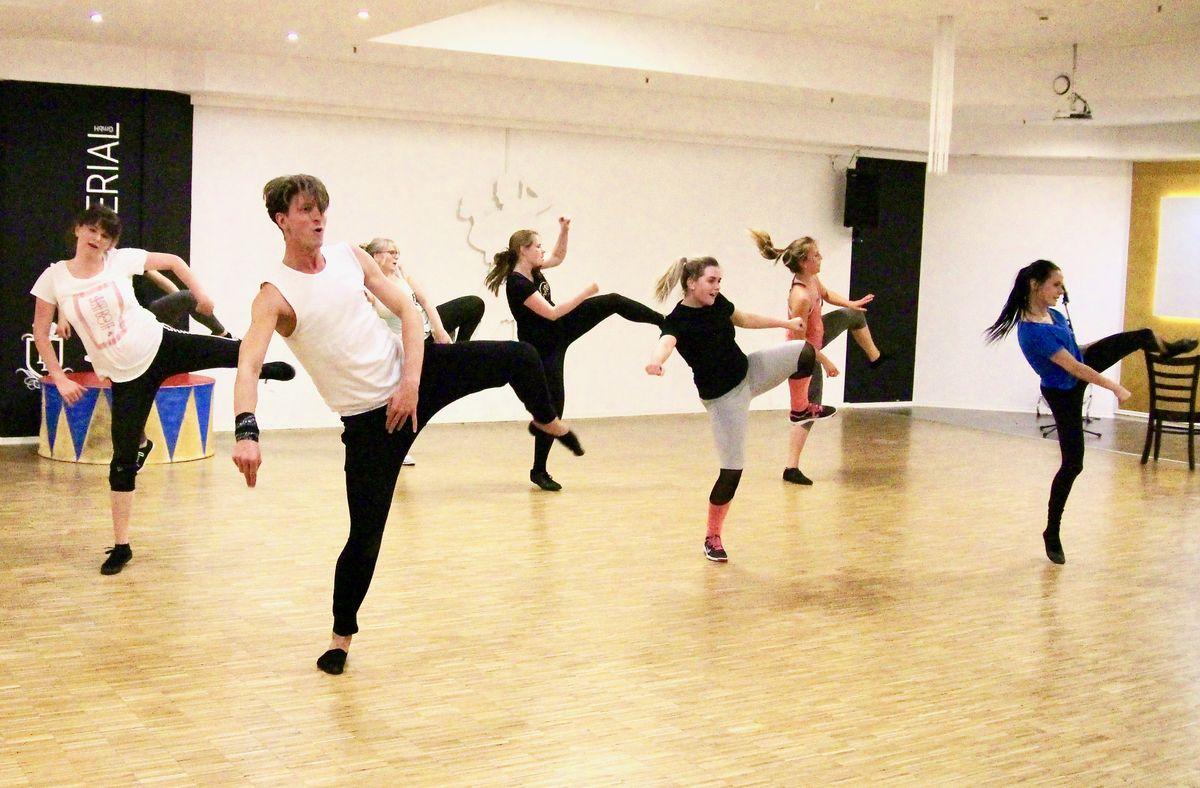 Konzentrierte Arbeit mit seinen Tänzern: Der 28-Jährige Regensburger setzt seine Choreographien für die großen Musicals dieser Welt mit Hobbytänzern um - und macht sie zum bejubelten Bühnenerfolg zu machen.