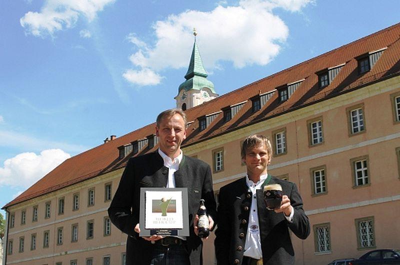"""Die Weltenburger Braumeister Leonhard Resch (links) und Ludwig Mederer (rechts) freuen sich über den Gewinn der Silbermedaille beim renommierten """"World Beer Cup""""."""