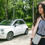 Peserico-Shooting: Fashion-Model posiert mit Fiat 500 Collezione