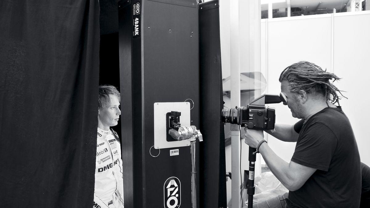 Martin Schoeller fotografiert den Porsche-LMP1-Fahrer Brendon Hartley während des Sechs-Stunden-Rennens am Nürburgring 2016