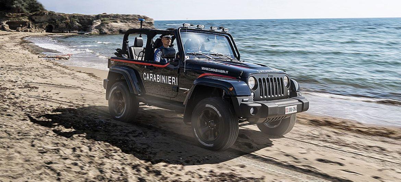 Die Strand-Polizei fährt Jeep Wrangler
