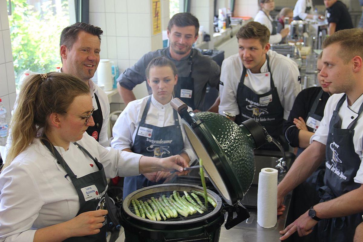 So schmeckt Spargel: Mike Süsser ist der Starreferent zum Köchecamp 2018 am Campus der Eckert Schulen. In seinem Workshop führte er die Jungköche zurück zu den Kochwurzeln.