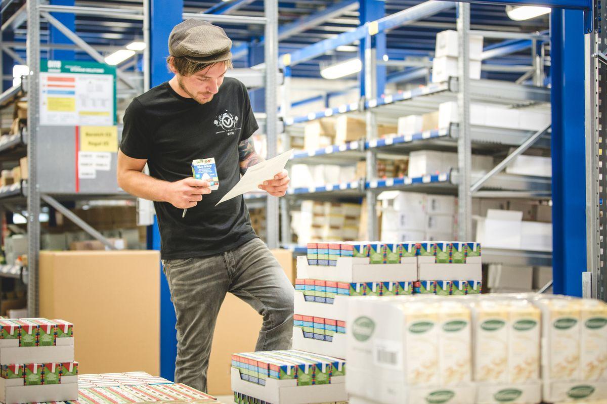 Von dem rund 7.500 Quadratmeter großen, 2015 eröffneten Logistikzentrum in Nabburg (Kreis Schwandorf) aus beliefert Absolute Vegan Empire heute Kunden in Deutschland, Nord- und Südeuropa sowie in den Vereinigten Staaten.