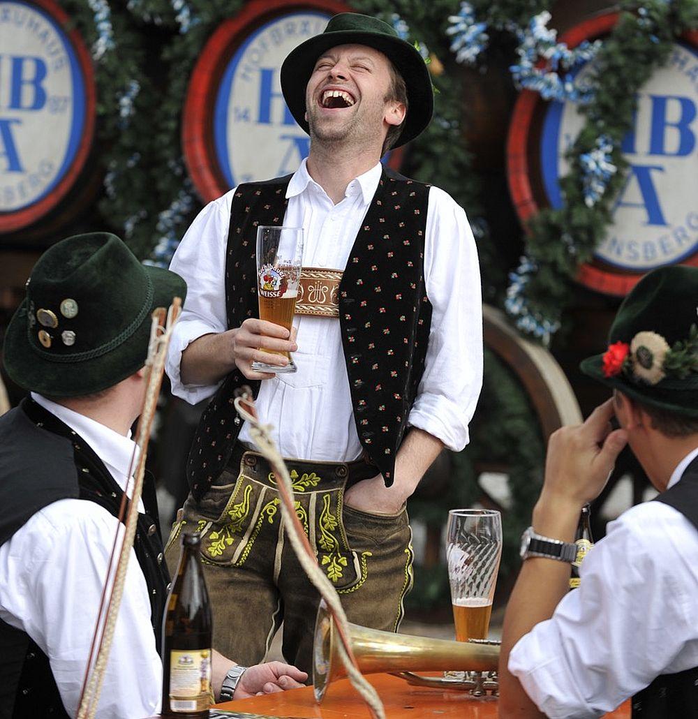 Auf den Höfen können Gäste bei den Hallertauer Hopfenwochen Ende August selbst bei der Ernte mithelfen und sich nach der Arbeit mit einer Bierprobe belohnen.