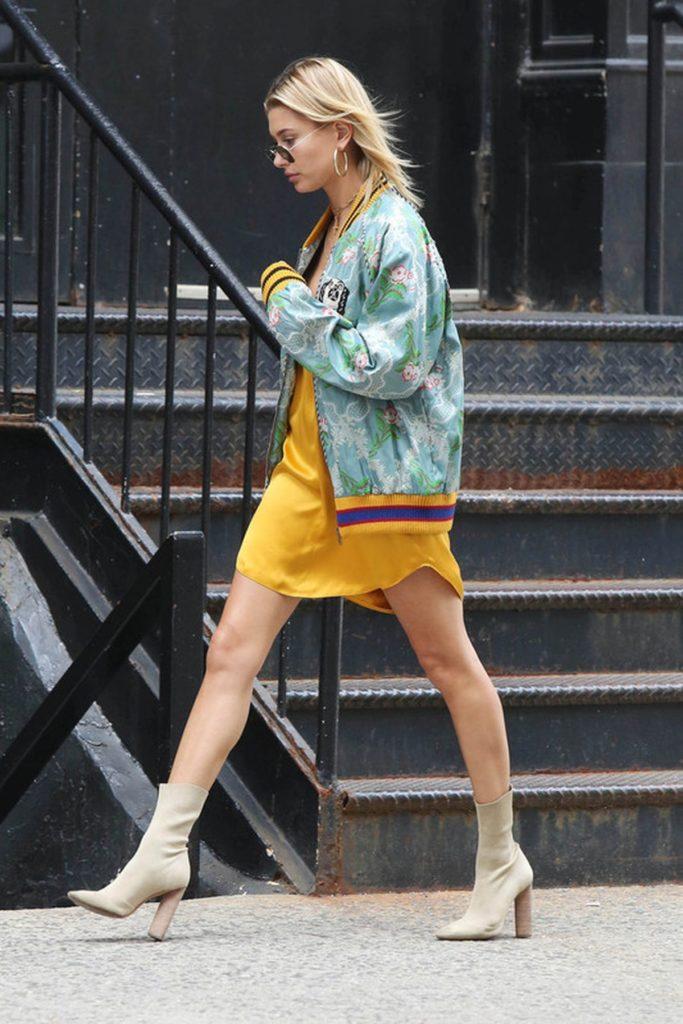 Hailey Baldwin im Slip Dress und Bomberjacke mit beigefarbenen Sock Boots
