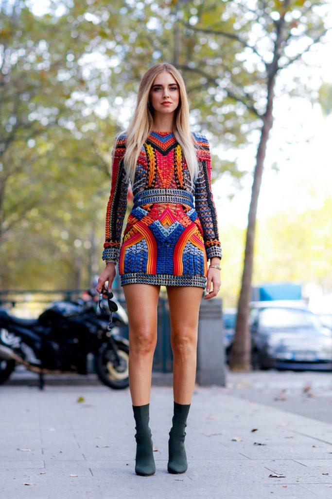 Chiara Ferragni kombiniert zum Balmain-Kleid dunkelgrüne Sock Boots
