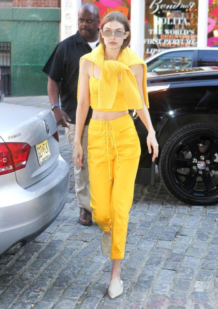 Gigi Hadid kombiniert beigefarbene Mules von Nicholas Kirkwood zu ihrem gelben Outfit von Sally LaPointe