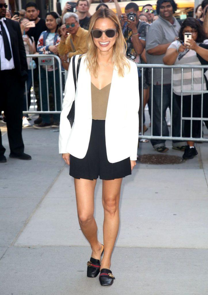 Jamie Chung kombiniert ihre Mules von Gucci mit einem weißen Oversize-Blazer und schwarzen Stoff-Shorts