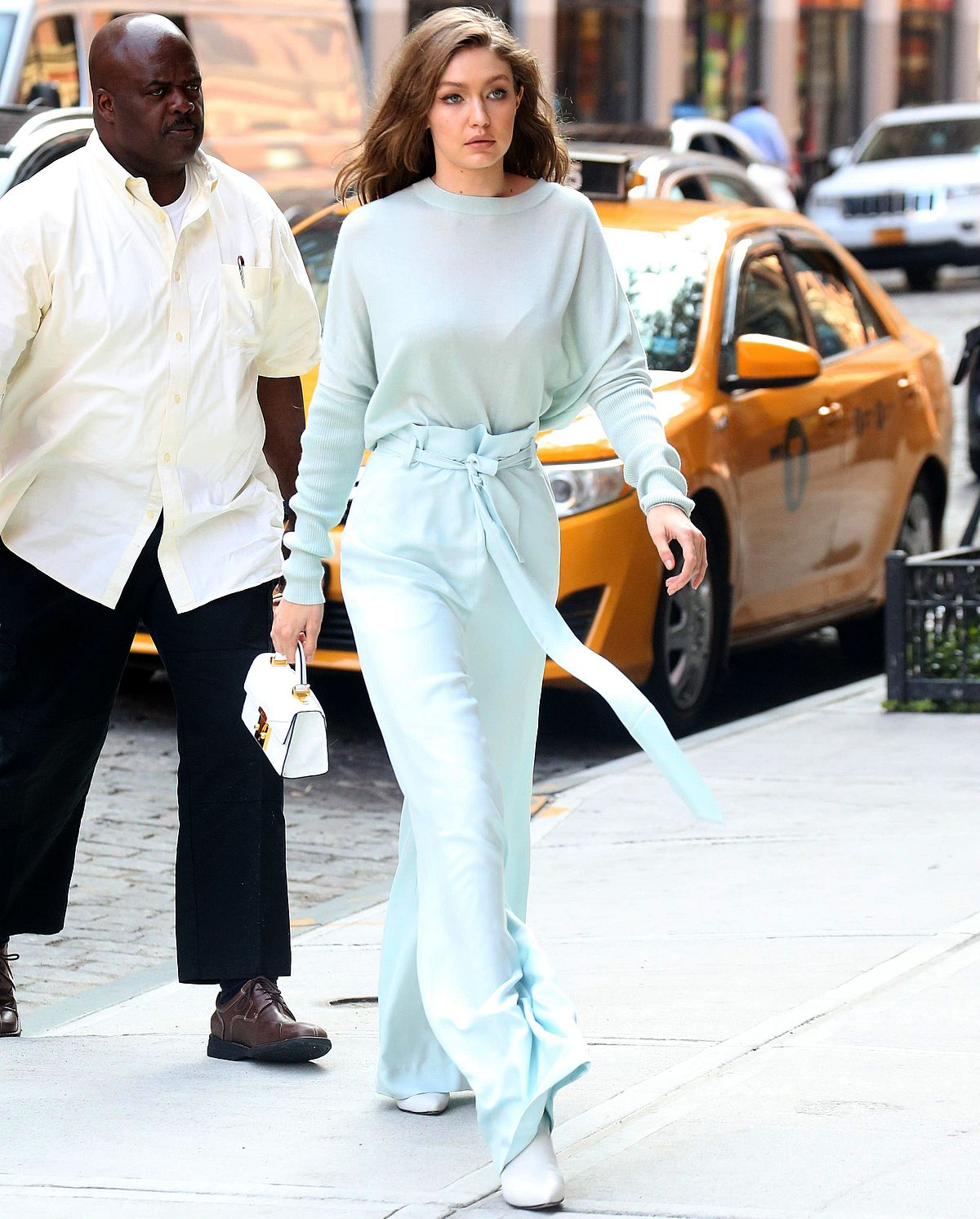 Model Gigi Hadid in einem monochromen Look mit Paperbag-Hose und Pullover, beides von Sally LaPointe