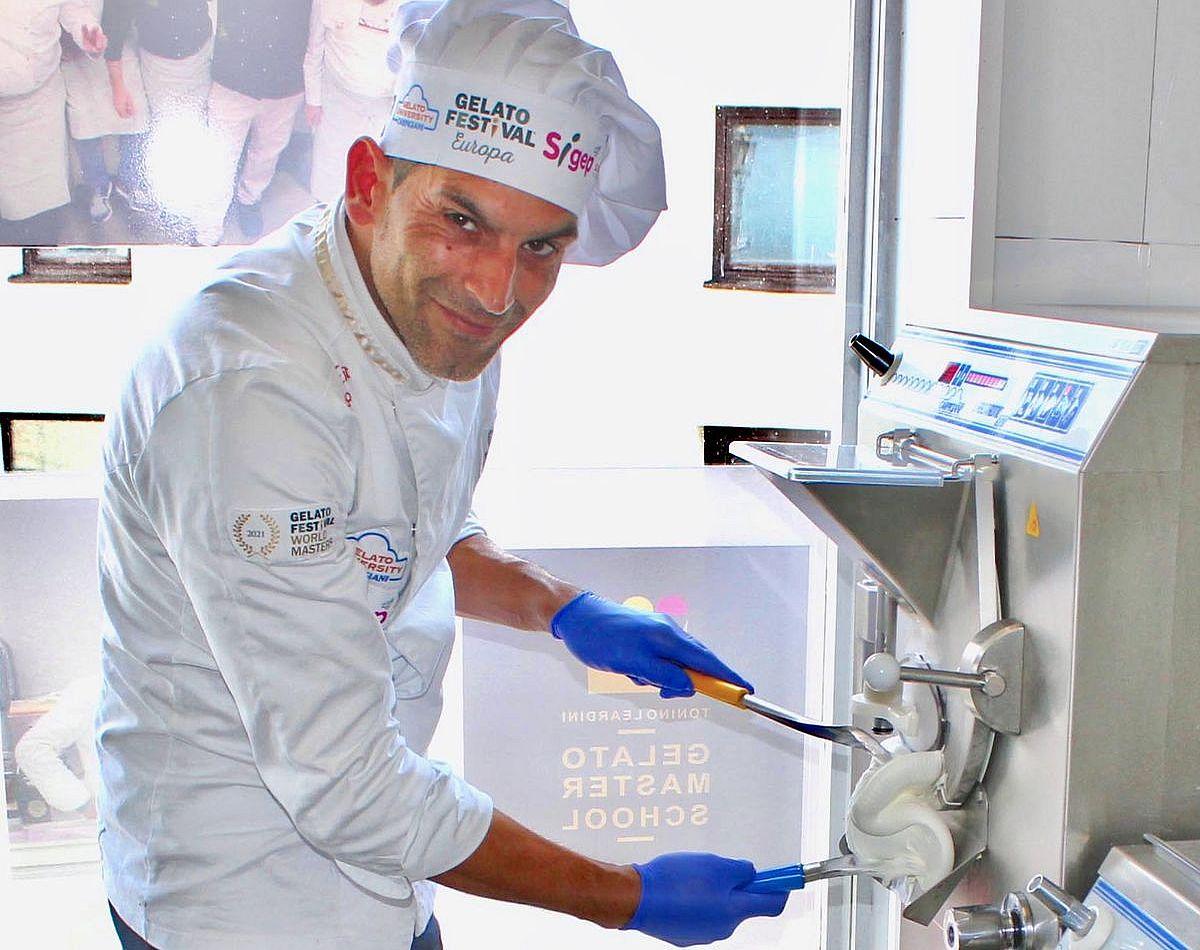 An original italienischen Maschinen fertigt Tiziano Damiano seine Eiskreationen. Die notwendigen Produkte stammen entweder ebenfalls aus Italien oder aus Niederbayern. Seine Milch bezieht er beispielsweise von einem Biobauern aus Waldkirchen.