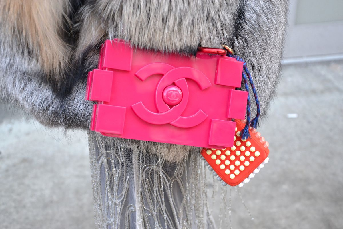 Die Chanel Plexiglass Boy Brick Lego Clutch im Street Style in New York
